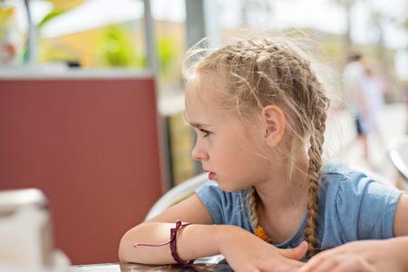 考える少女の横顔