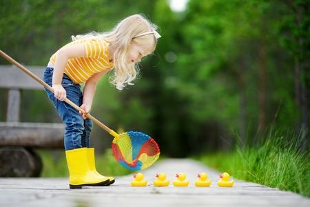 おもちゃのヒヨコを並べて遊ぶ子ども