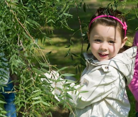 木の枝の側に笑顔の少女