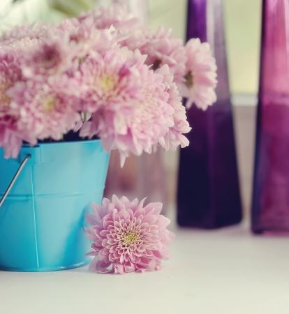 青いバケツの中にピンクの花