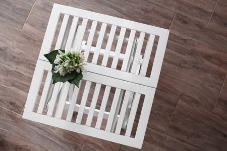 折りたたみテーブルの上に白い花
