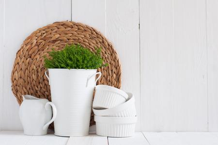 白い植木鉢が重ねられている
