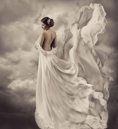 雲の中にいる白いドレスの女性