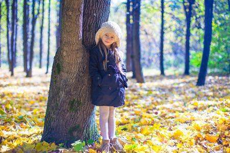秋の公園にいる少女