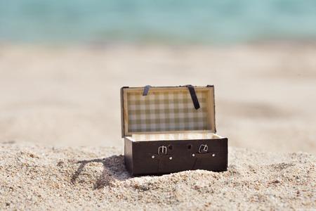 夏の砂浜に小さいスーツケース