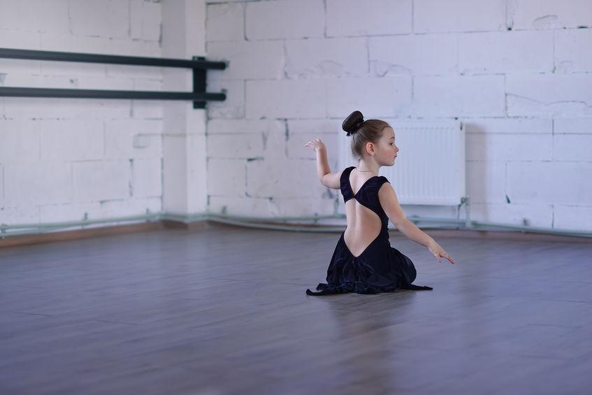 バレエの練習をする子ども