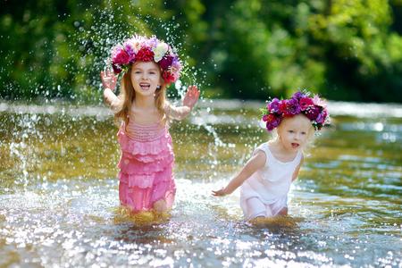 川で遊ぶ姉妹