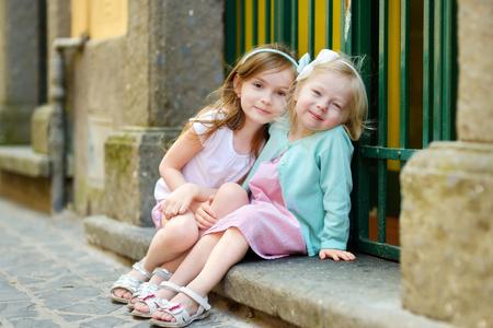 二人並んで笑顔の少女