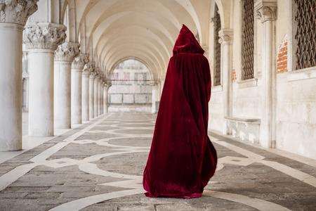 赤いマントをかぶった女性