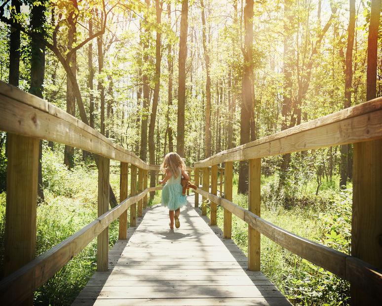 橋の上を掛ける少女