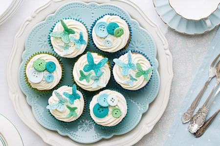 白と水色で並べたカップケーキ