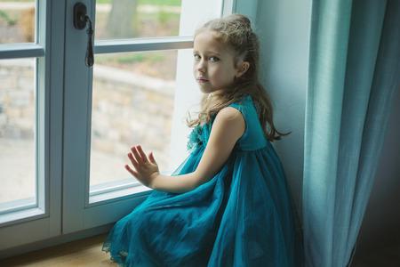 窓辺で考える少女