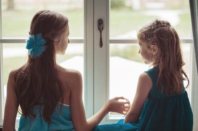 窓辺で語る二人の少女