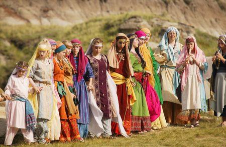民族衣装をきた女性たちの列