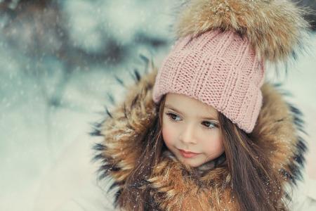 雪の中で遊ぶ子ども