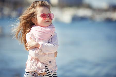 ハートのサングラスを掛ける少女