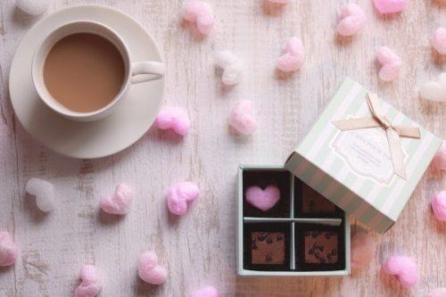 箱入りのチョコレートとコーヒー