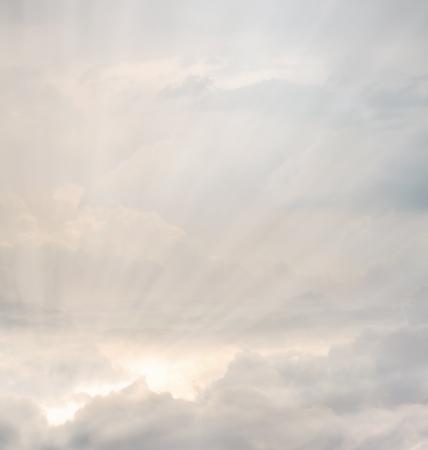 幻想的な光がさす雲のようす