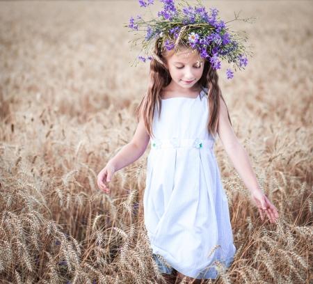 秋の小麦畑にいる少女