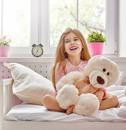 クマのぬいぐるみと少女