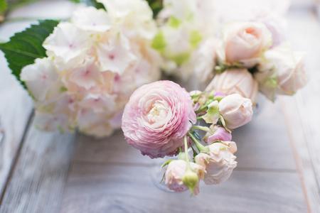 白っぽい花があつまった花束