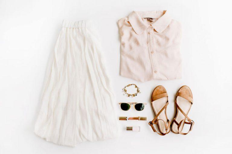 春らしい色の洋服と小物