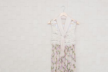 白い壁の前に掛けられたドレス