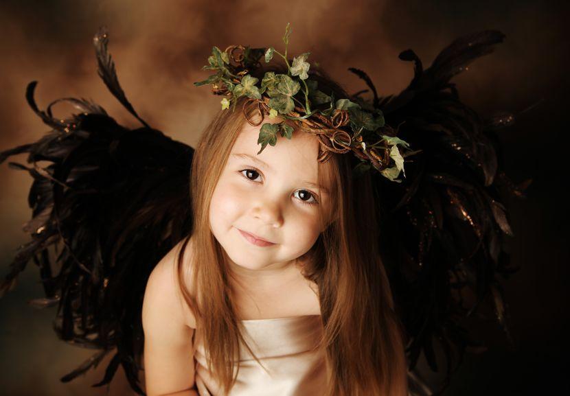 天使姿をしている幼い子ども