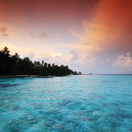 青い海と赤い夕焼け