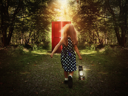 ランタンを手に幻想のドアに向かって歩く子ども