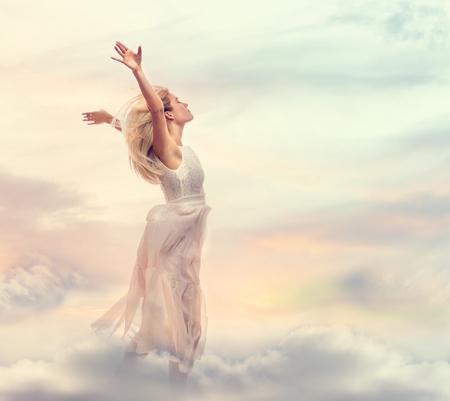 幻想的な雲の中に立つ女性