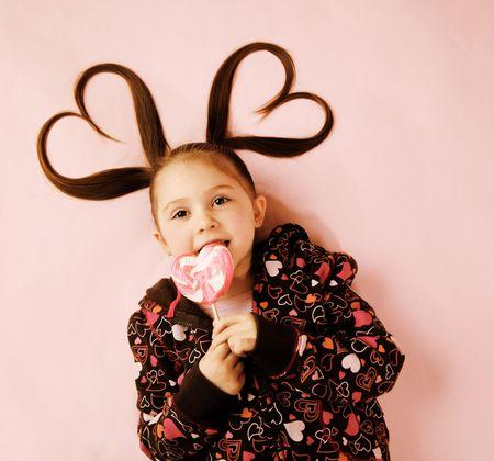キャンディを食べる少女