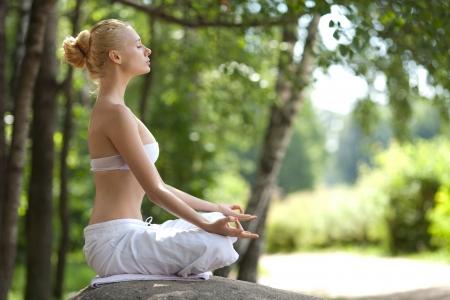 瞑想をしている若い女性