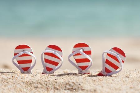 砂浜にビーチサンダルが二組