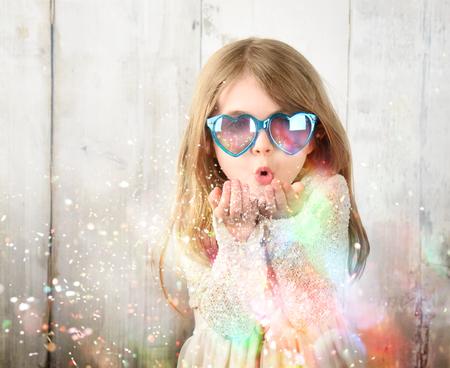 キラキラした光の粒子と少女