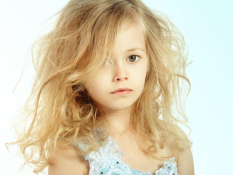 長い髪が顔に掛かる少女