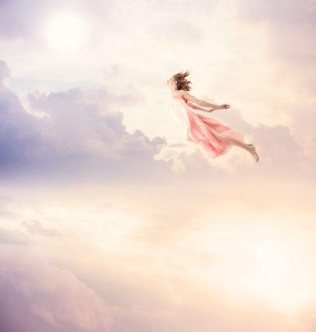 雲の中を飛ぶような現想的な少女の姿