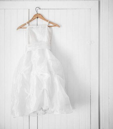 壁にかかる白いドレス