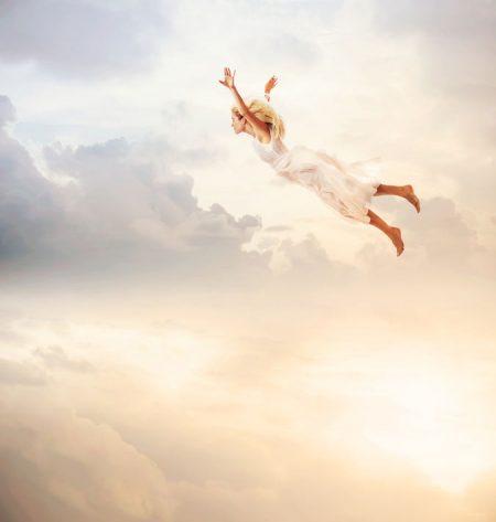 空に浮かぶ少女の幻想的な姿