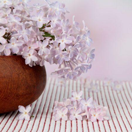 花瓶に薄ピンクのライラック