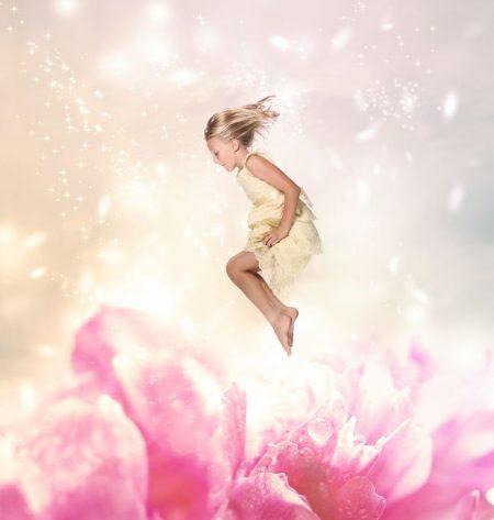 牡丹の上でジャンプする少女