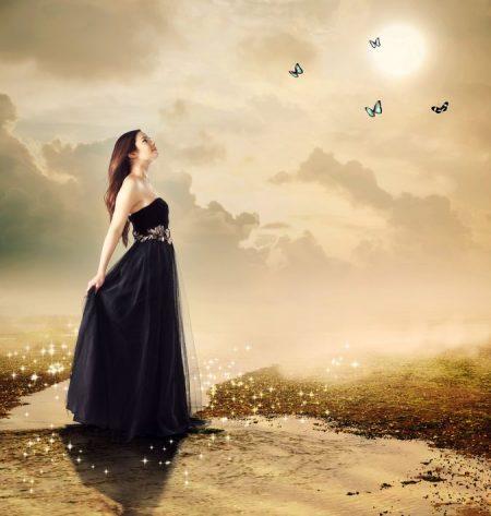 夕暮れ空を見上げる女性