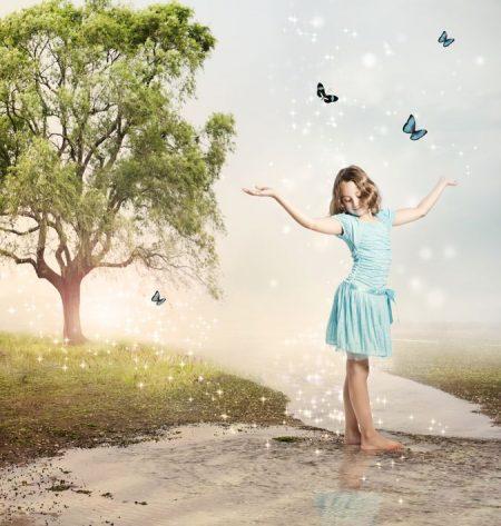 夕暮れの中に立つ少女と蝶