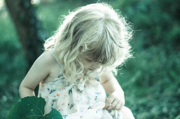 うつむく金髪の少女