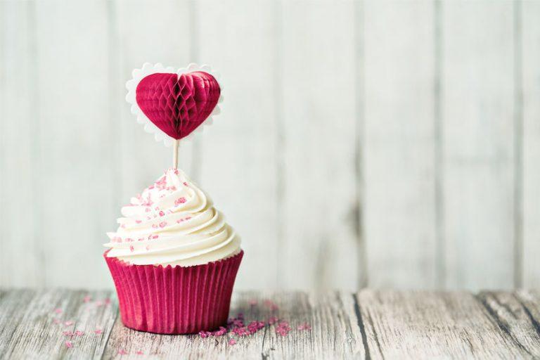 カップケーキにハートの飾り