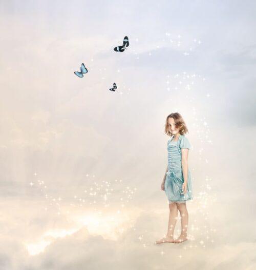 幻想的な空間にたつ少女