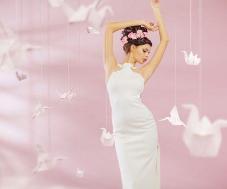 折り鶴の中に立つ女性