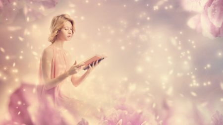 幻想的な風景で本を読む女性