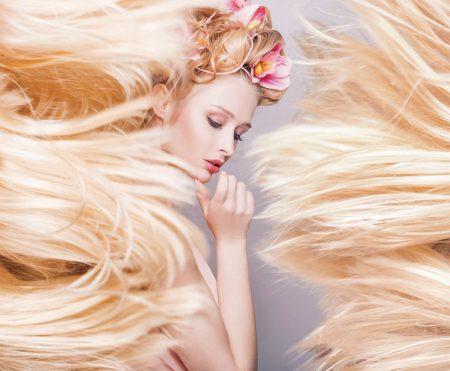 長い金髪の女性