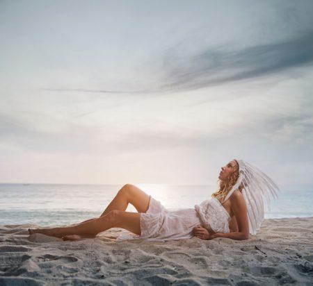 夕方の砂浜に若い女性